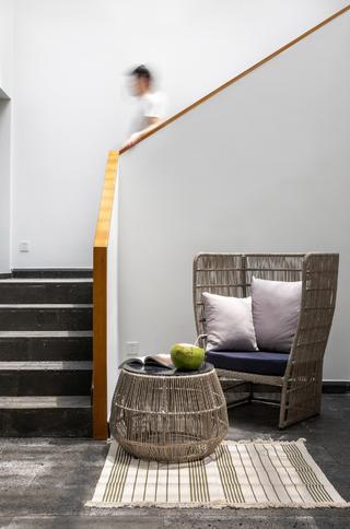 度假别墅楼梯间装修效果图