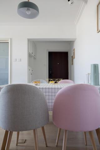 北欧简约风两居装修餐椅设计
