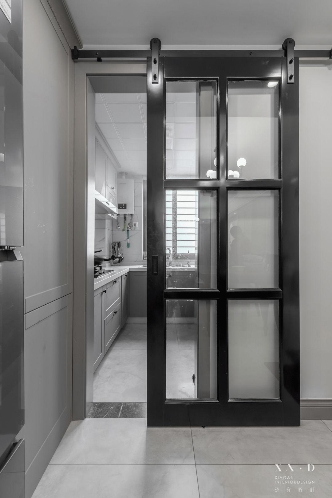 美式风格四居装修厨房谷仓门设计