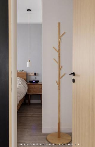 北欧风格三居室装修挂衣架设计