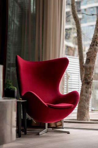 现代风格别墅装修红色靠背椅设计