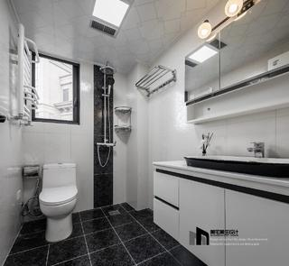 135㎡现代简约卫生间装修效果图