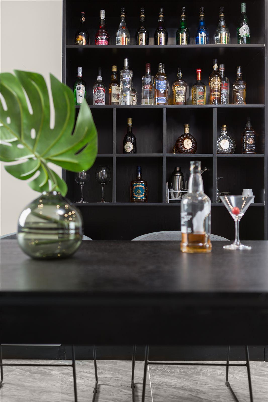 150平现代风格风装修酒柜设计