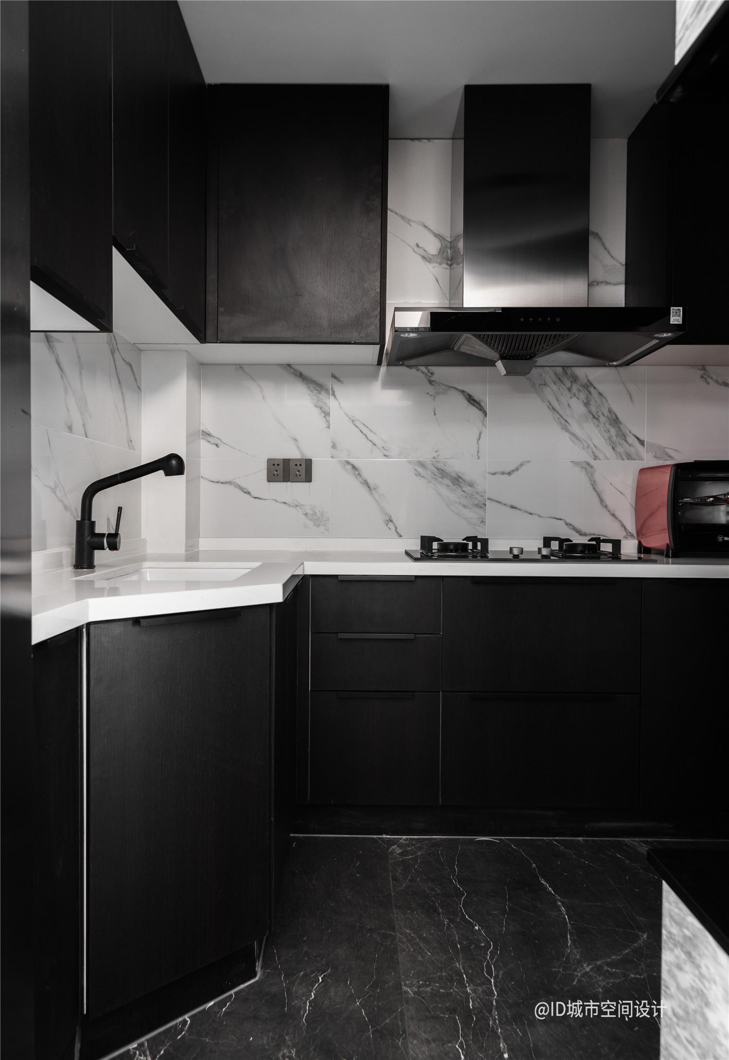 黑色调现代简约风厨房装修效果图