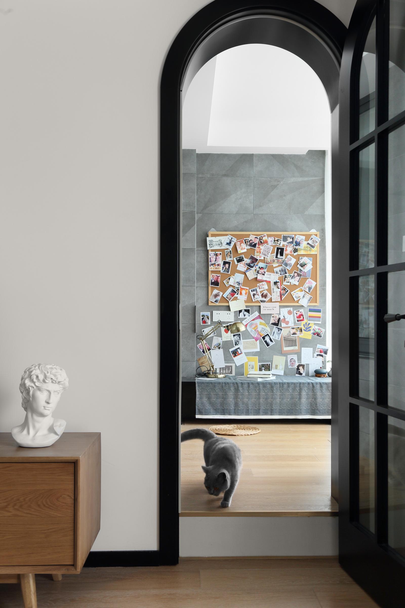 北欧风格三居室装修黑色拱门设计