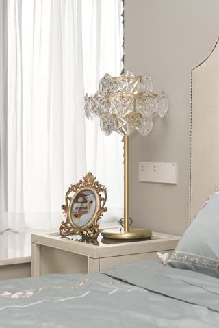 混搭风格三居装修床头台灯设计