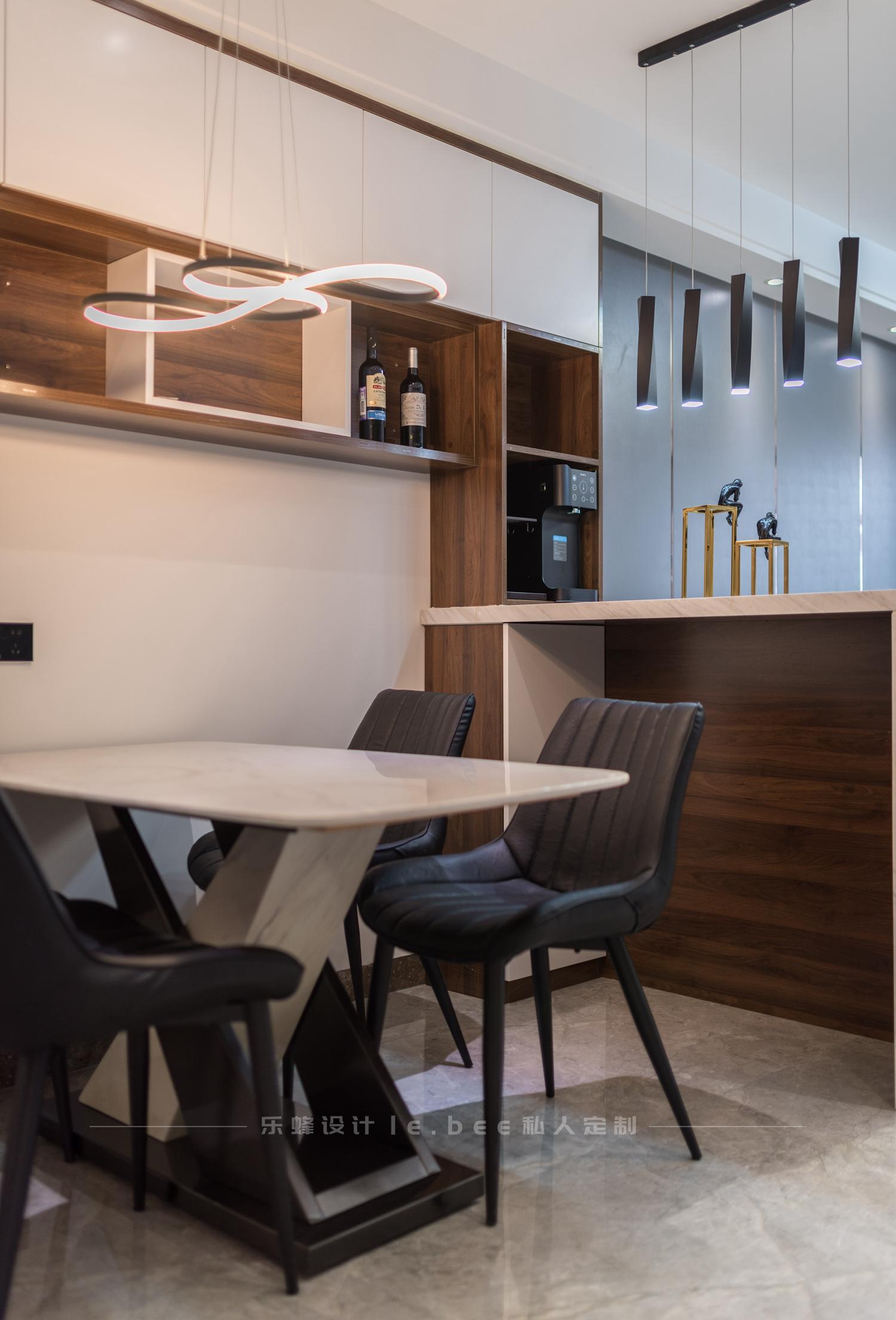 现代简约风二居装修餐桌椅设计图