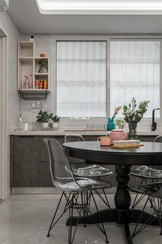 70平米二居室装修餐桌椅设计图