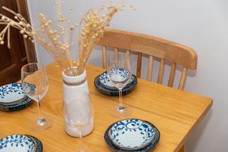 自然日式风三居装修餐具摆件特写