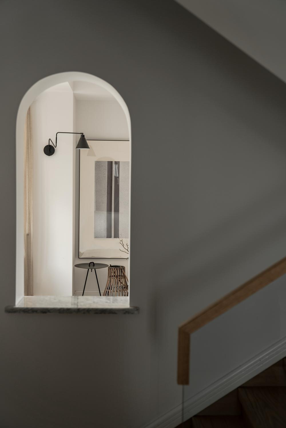 复式极简现代风装修弧形窗洞设计
