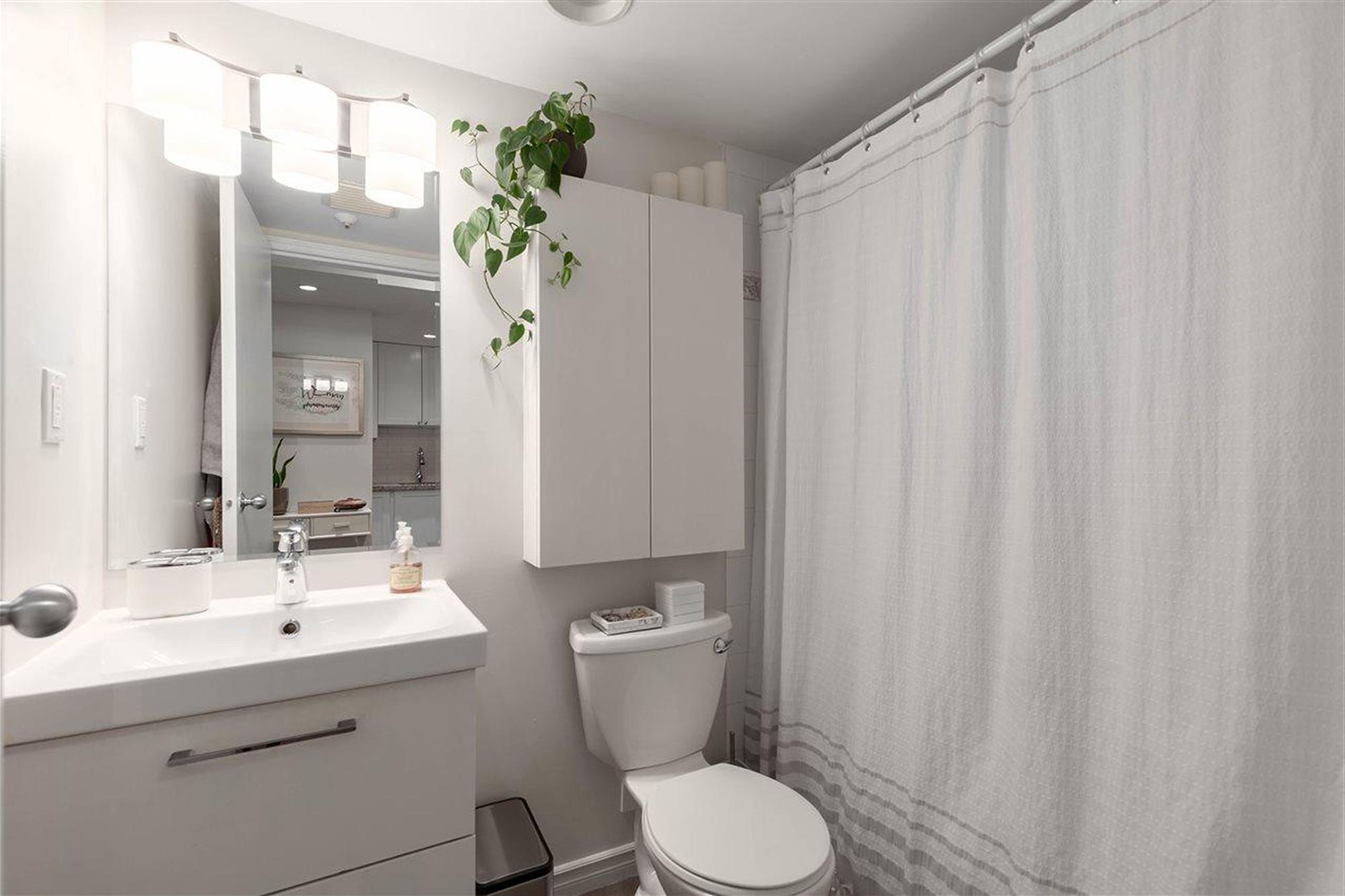78㎡简约两居室卫生间装修效果图