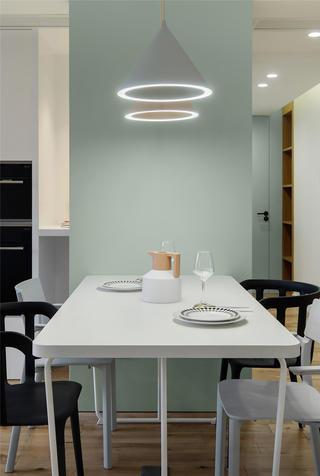 129平米三居室装修餐厅吊灯设计