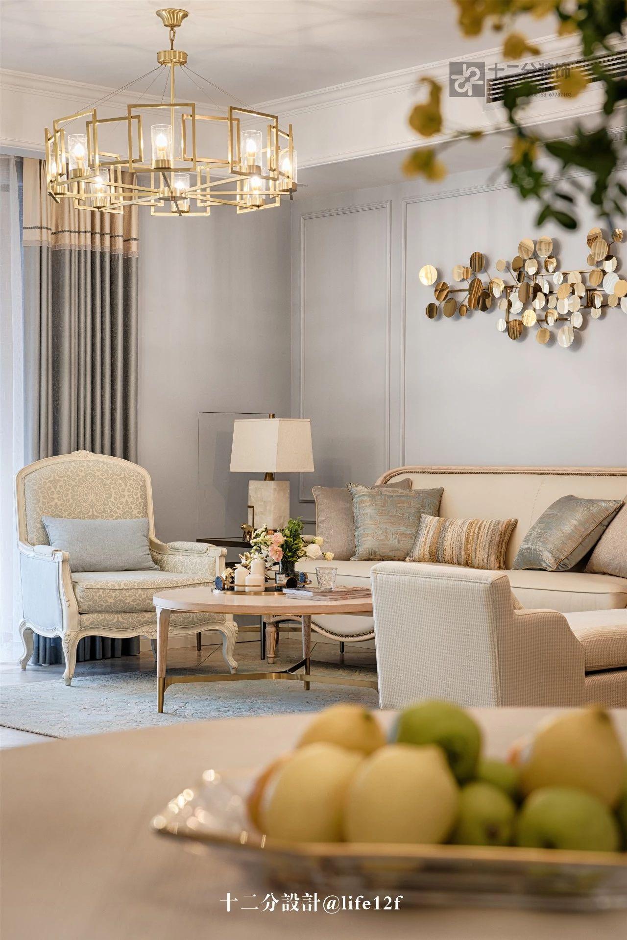 130平法式三居装修客厅吊灯设计