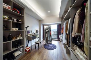 现代简约四居室衣帽间装修效果图