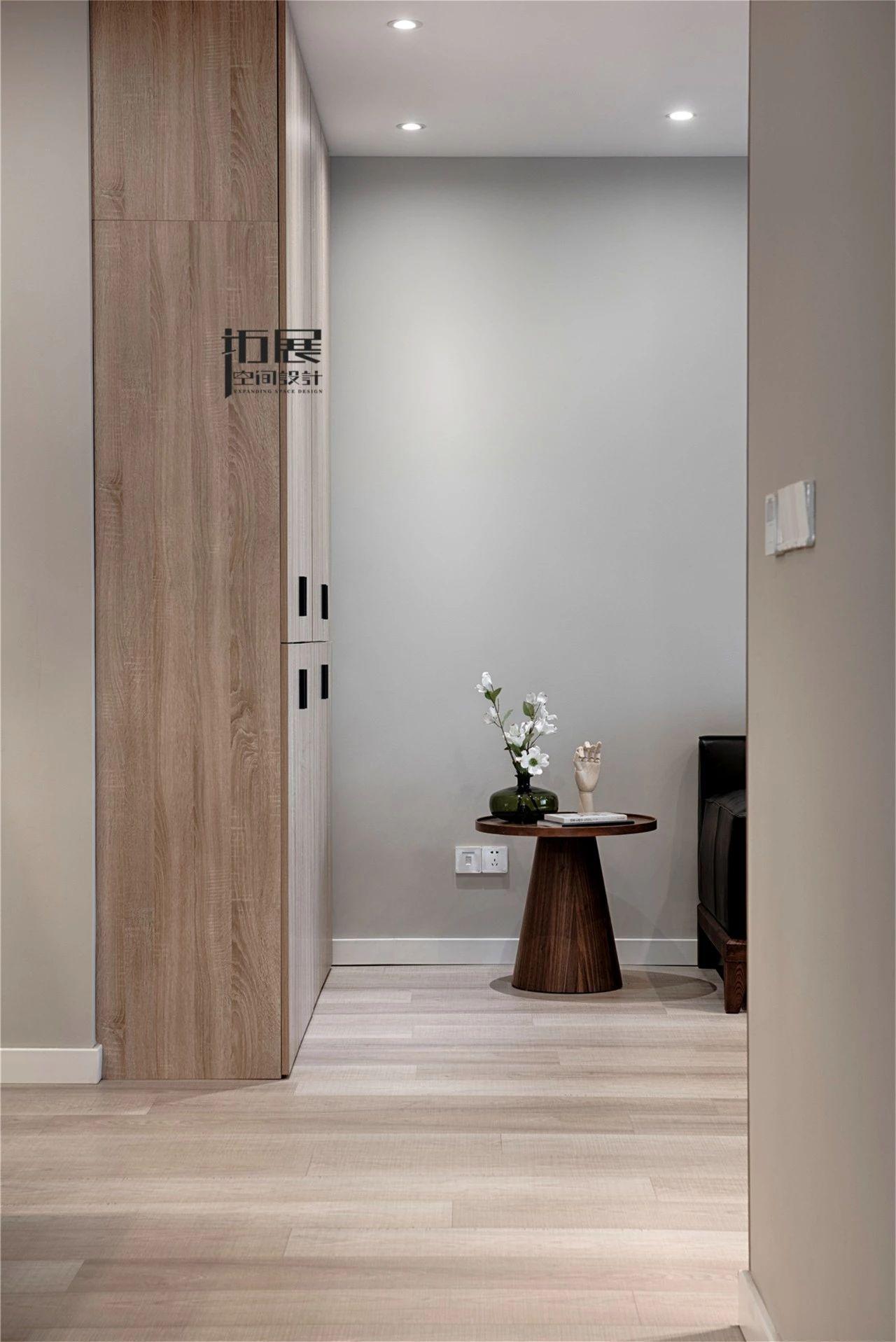 124㎡现代简约三居装修储物壁柜设计