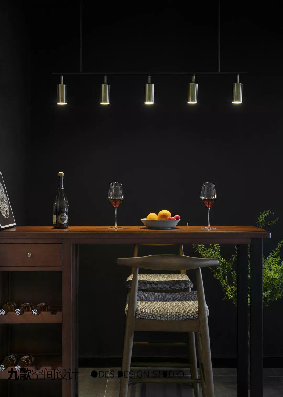 现代风二居室吧台装修效果图