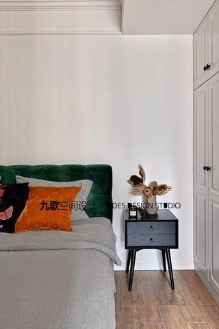 70平米两居室装修床头一角